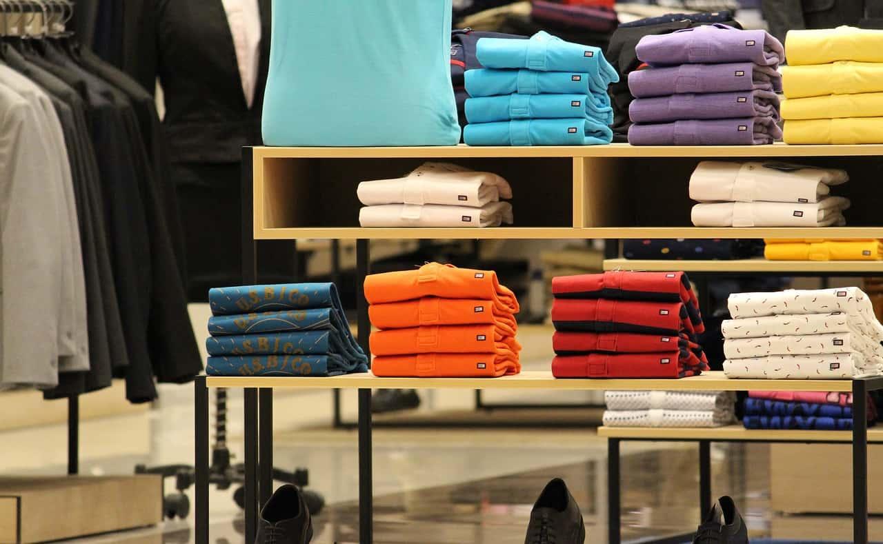 בגדים מקופלים בחנות