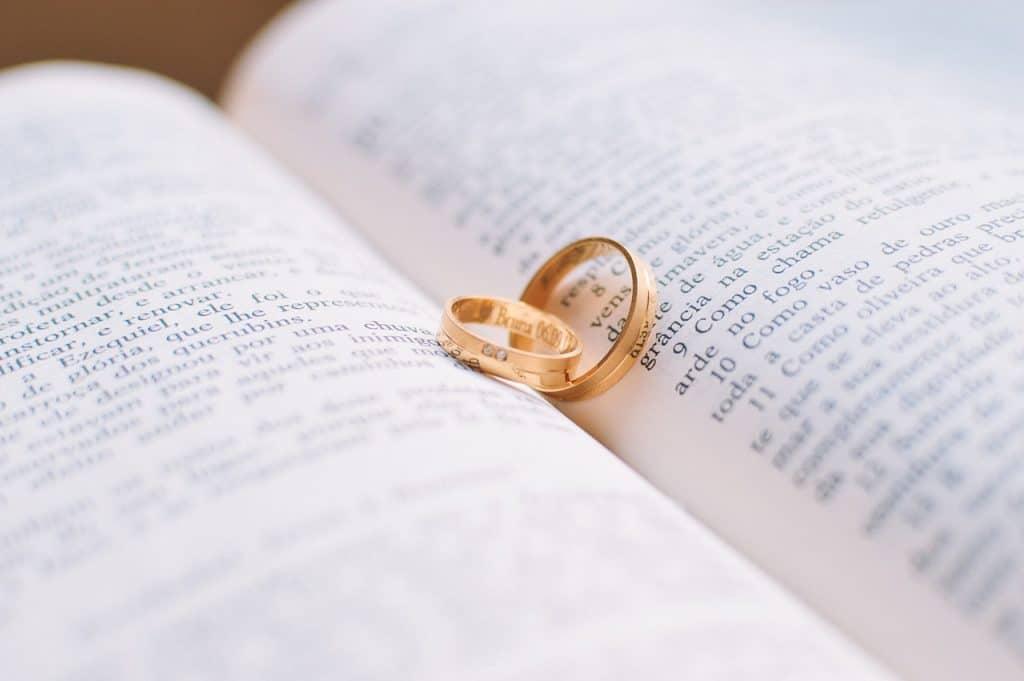 חריטה על טבעת וספר