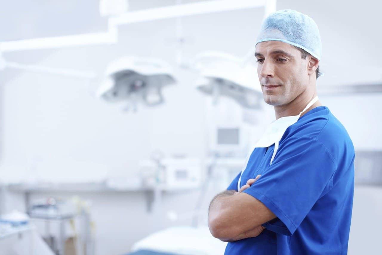רופא בחדר ניתוח