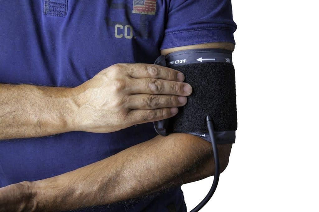 גבר מודד לחץ דם